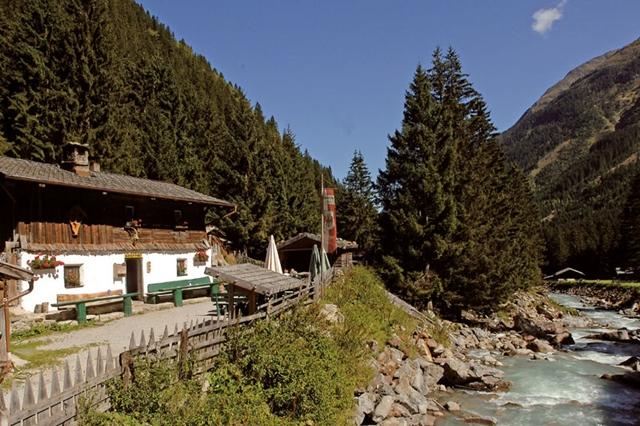stubaital-alm-tschangelair-alm-terrace