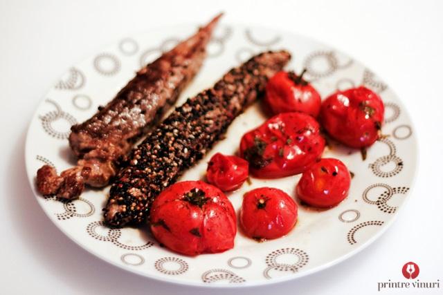 File de ton in crusta de condimente cu rosii la cuptor